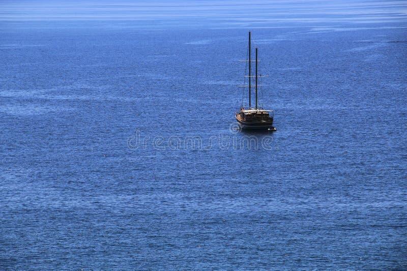 Yacht che galleggia in mezzo al mar Mediterraneo, Liguria, immagini stock libere da diritti
