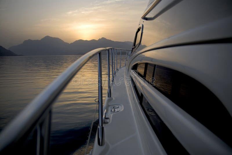 Yacht che si dirige alle montagne fotografie stock