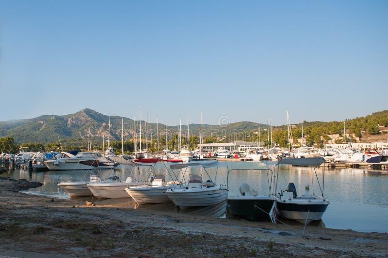 Yacht club al tramonto, parcheggiante per le barche immagini stock libere da diritti