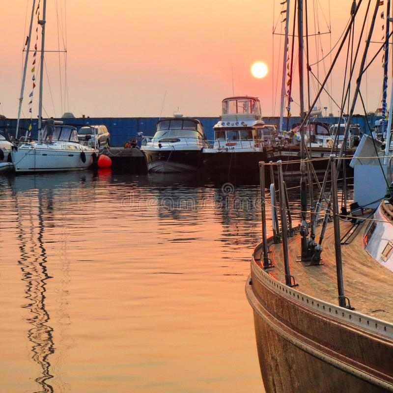 Yacht club no por do sol imagem de stock royalty free