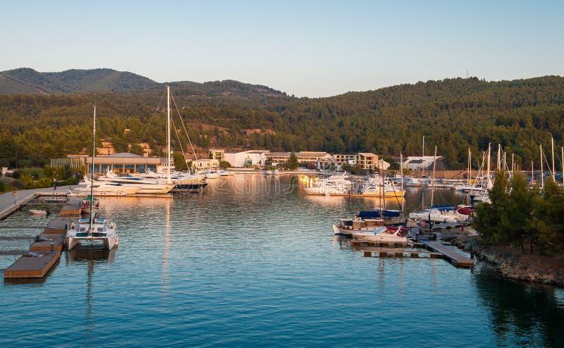 Yacht club no por do sol, estacionando para barcos imagens de stock