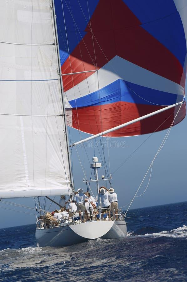 Yacht con a gonfie vele dentro l'oceano fotografia stock libera da diritti
