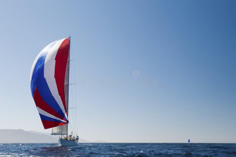 Yacht con a gonfie vele dentro l'oceano immagine stock libera da diritti