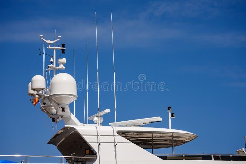 Yacht con il radar e la torre di comunicazione - sovrastruttura fotografia stock libera da diritti