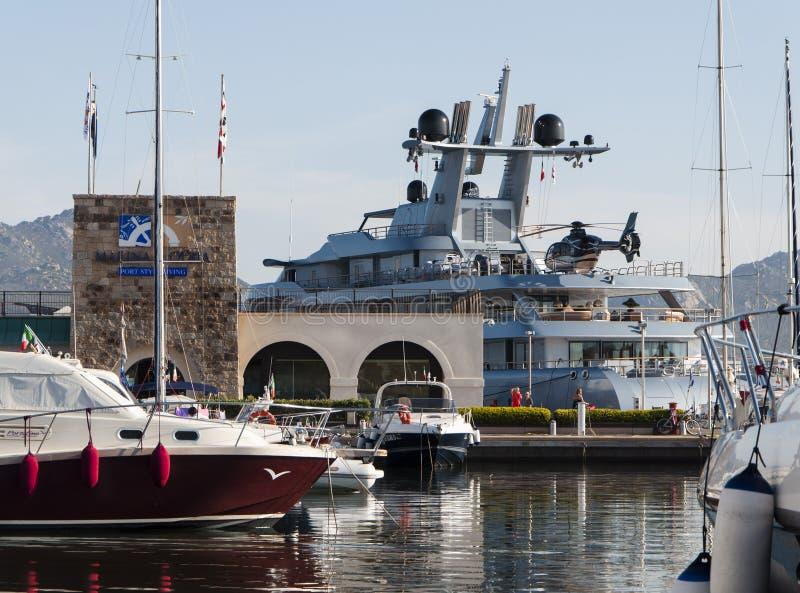 Yacht Con Elicottero In Sardegna : Yacht con l elicottero fotografia stock editoriale