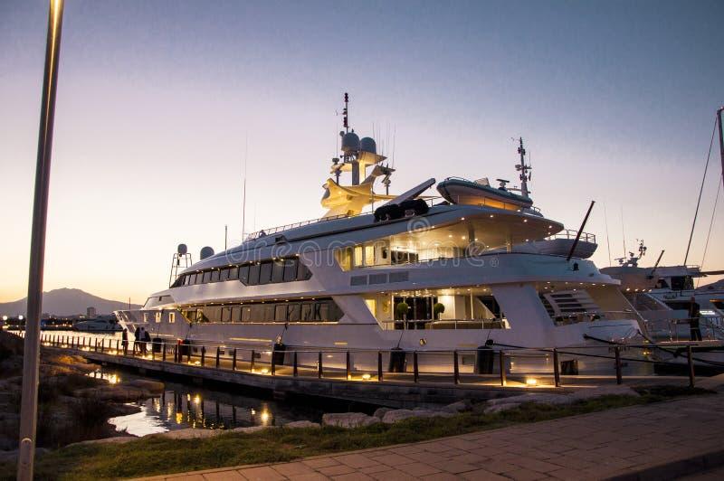 Yacht dans la nuit image libre de droits