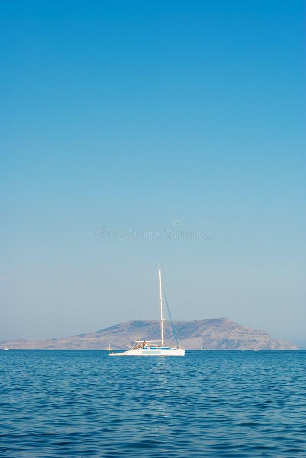 Yacht dans le compartiment image libre de droits