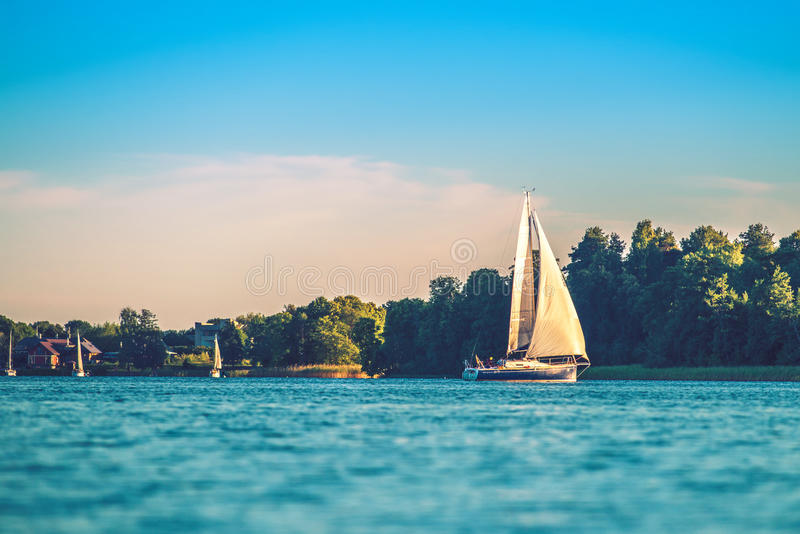 Yacht dans le lac photo libre de droits