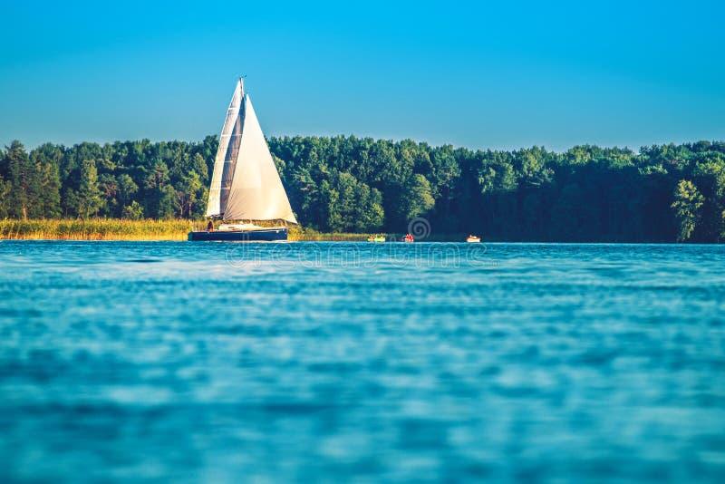 Yacht dans le lac image libre de droits