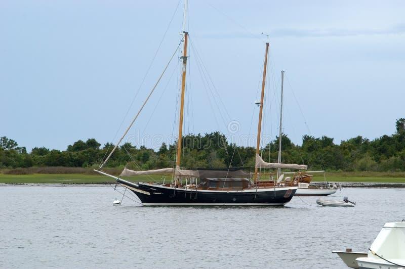 Yacht dans le port images stock