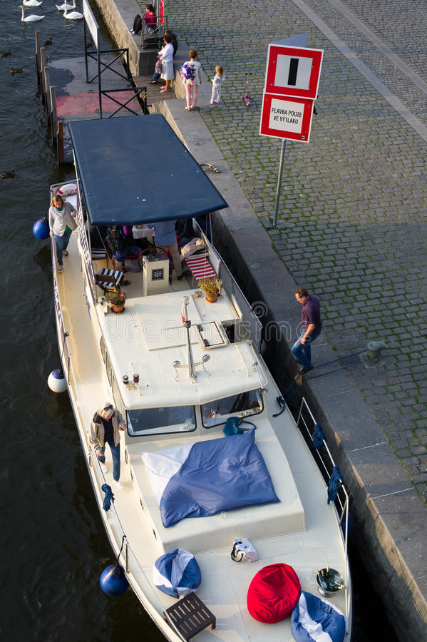 Yacht dans le port photo libre de droits