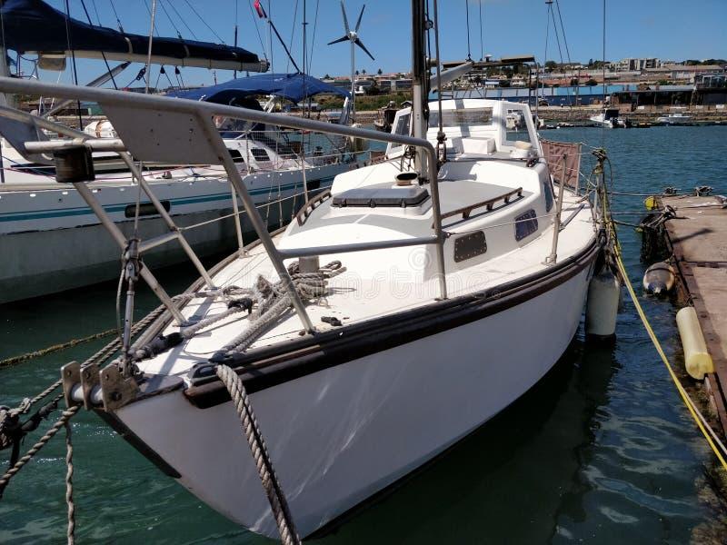 Yacht dans un port images libres de droits