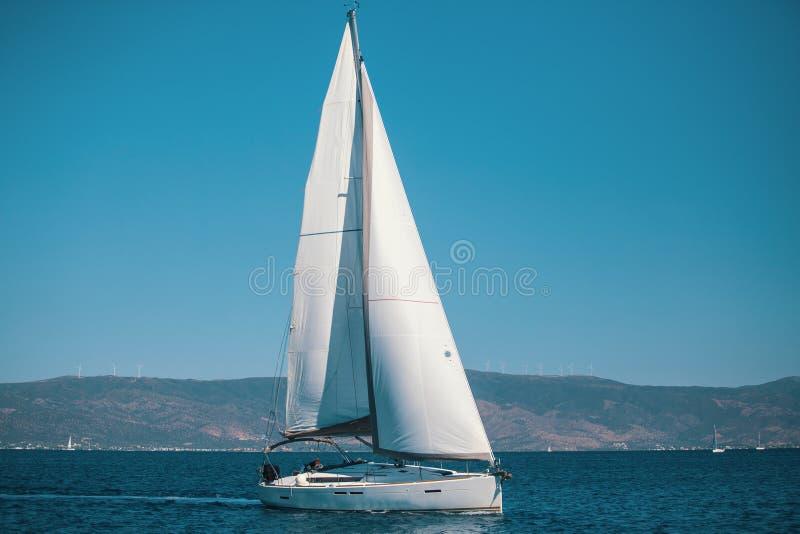 Yacht de bateau de navigation avec les voiles blanches en mer Égée images stock