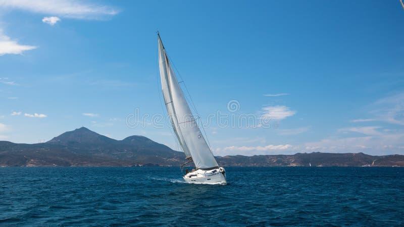 Yacht de bateau de navigation avec les voiles blanches en mer Méditerranée photos stock