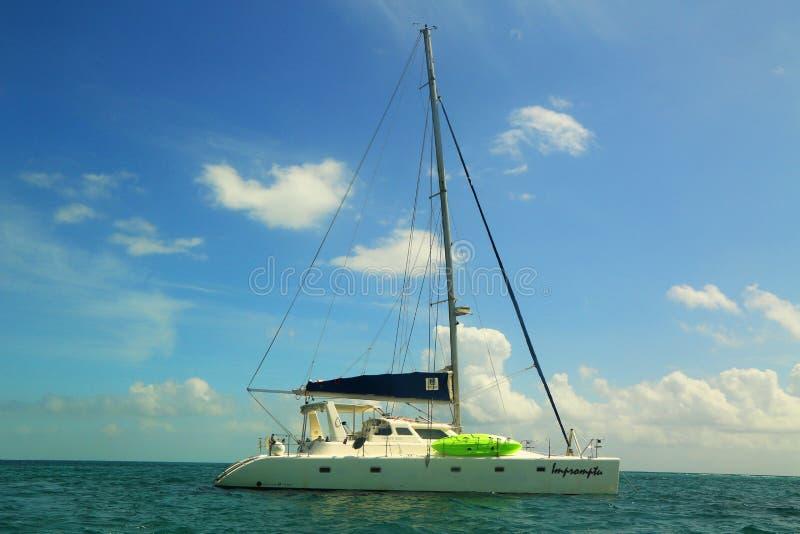 Yacht de charte près de matoir de Caye à Belize image libre de droits