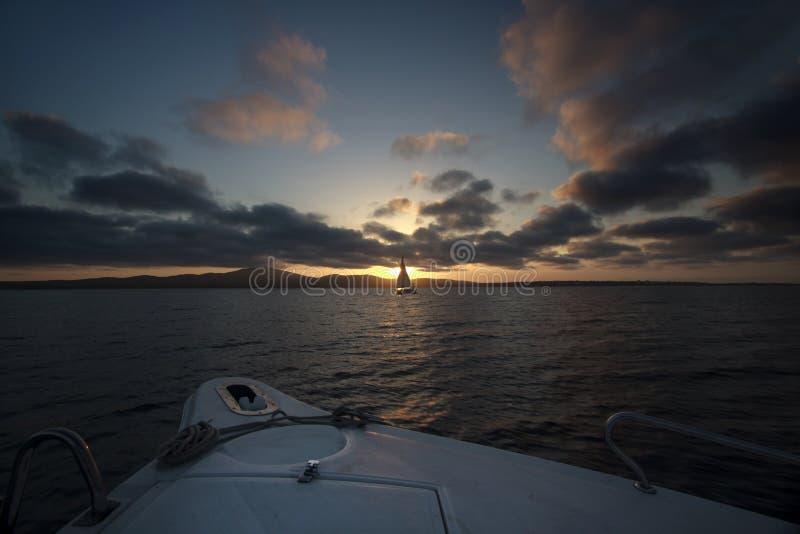 Yacht de coucher du soleil. photos libres de droits