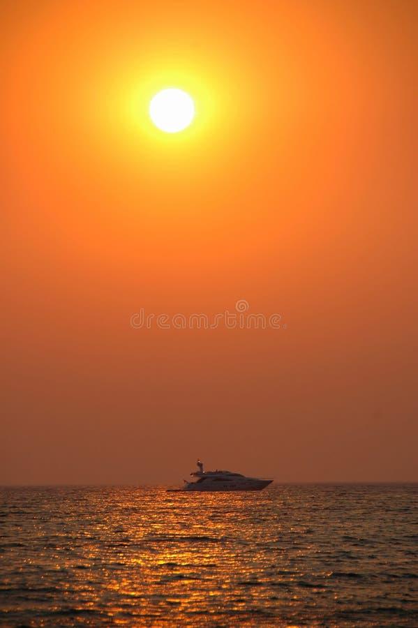 yacht de coucher du soleil photo stock
