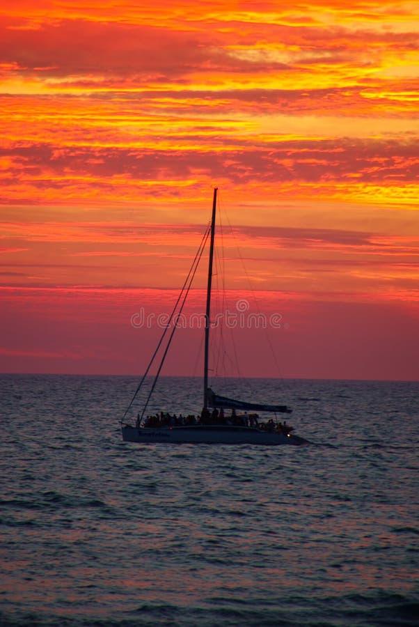 yacht de coucher du soleil image stock