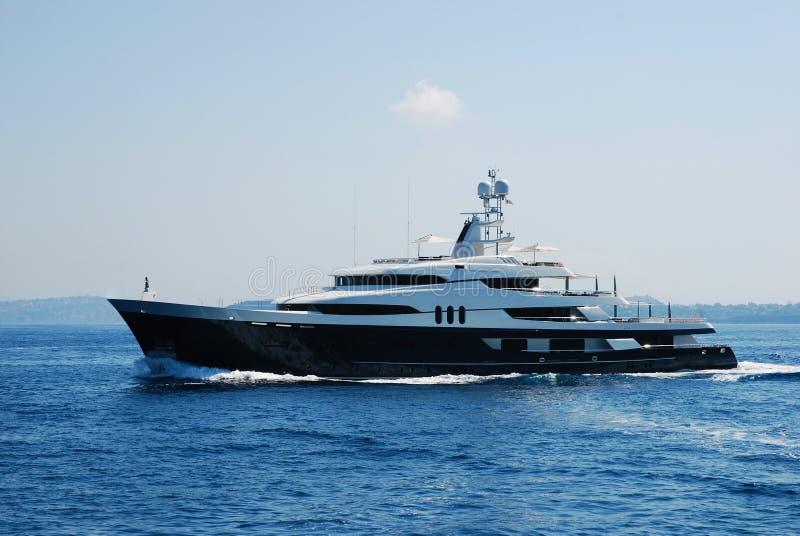 Yacht de luxe conduisant à vitesse normale en mer photos libres de droits