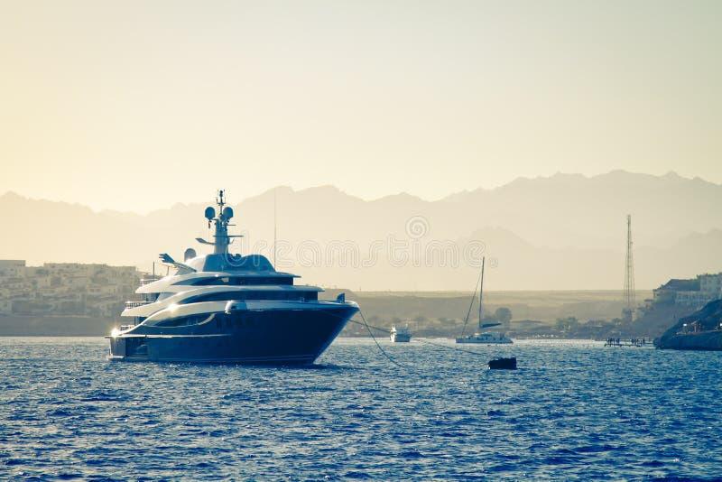 Yacht de luxe, coucher du soleil photos libres de droits