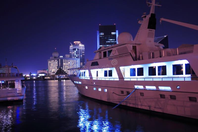 Yacht de luxe dans Dubai Creek, Emirats Arabes Unis photo libre de droits