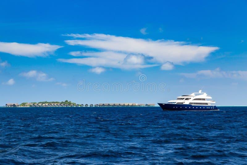 Yacht de luxe dans l'océan près de l'île de vacances photos stock