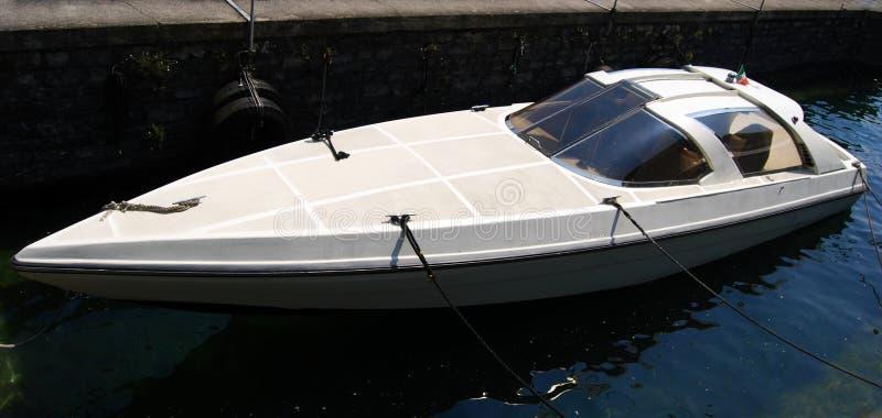 Yacht de luxe dans la baie, lac Como, Italie photographie stock libre de droits
