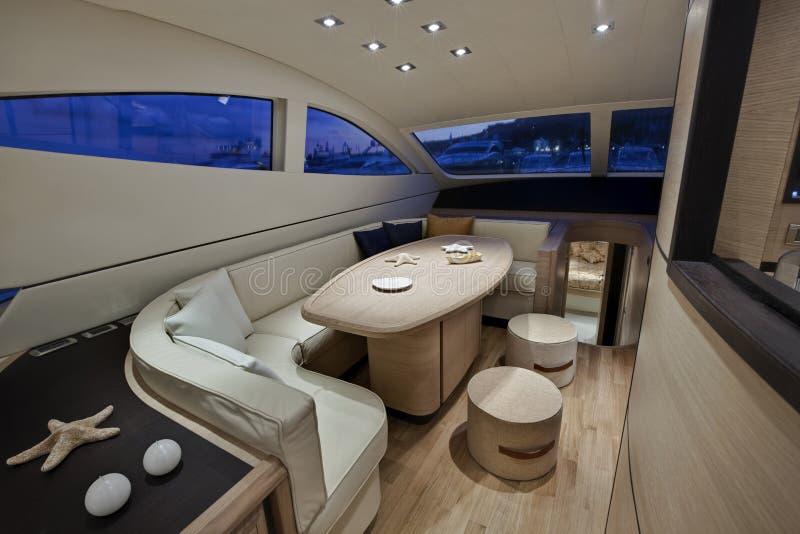 Yacht de luxe, dinette, abaque 62 \ ' photo libre de droits