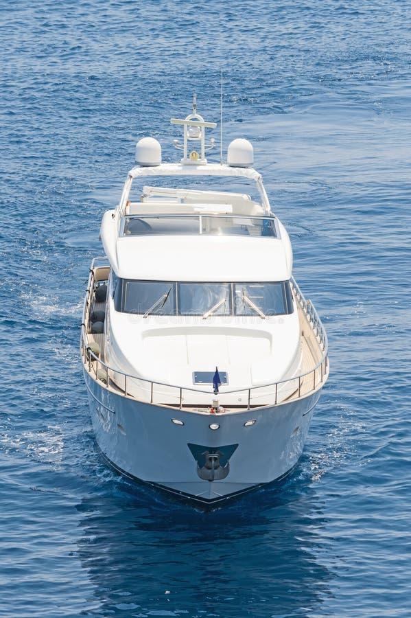 Yacht de luxe de moteur croisant les eaux bleues photo stock