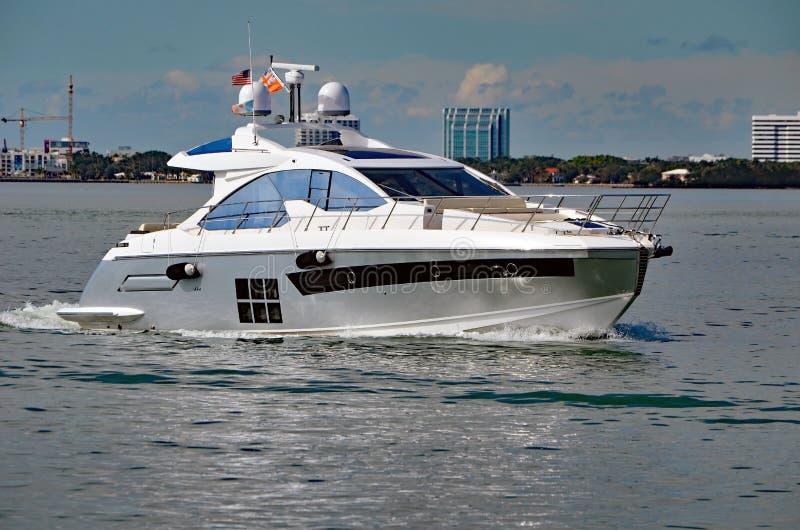 Yacht de luxe de moteur croisant sur la voie d'eau Intra-côtière de la Floride outre de Miami Beach images libres de droits