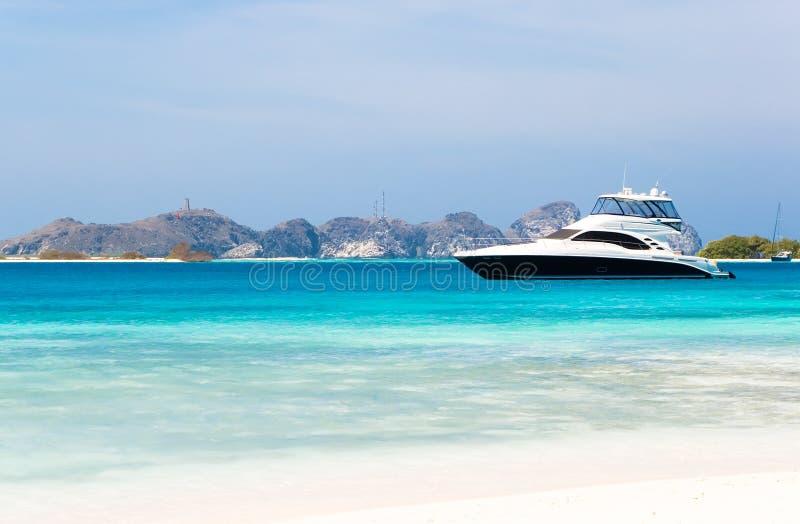 Yacht de luxe par la plage photo stock
