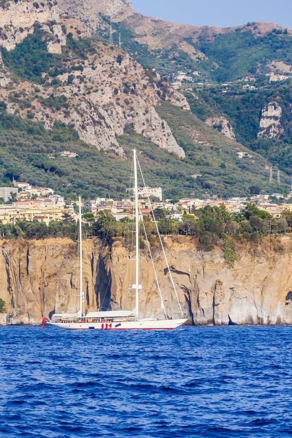 Yacht de moteur sur la côte Sorrente d'Amalfi photos libres de droits