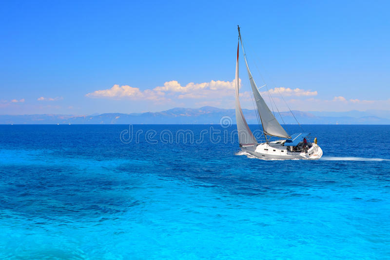 Yacht de navigation photographie stock libre de droits