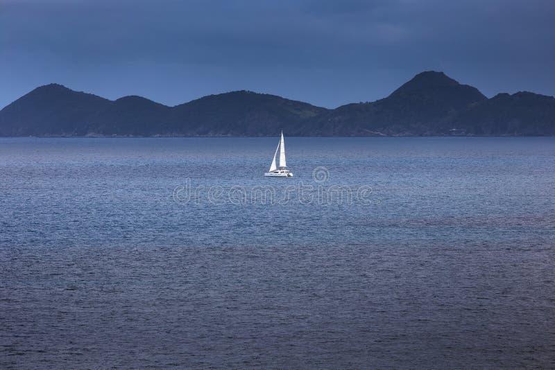 Yacht de navigation avec les voiles blanches en mer ouverte photo stock