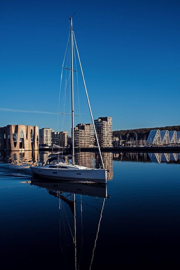 Yacht de navigation blanc int?ressant E r photographie stock