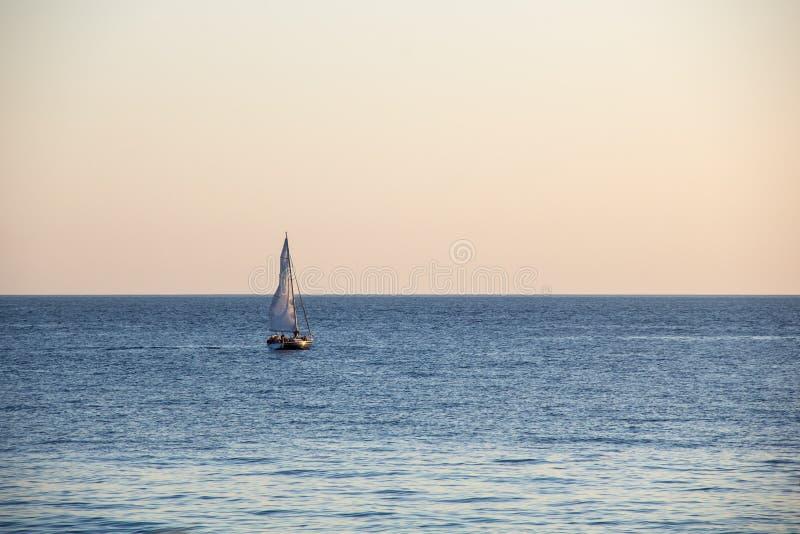 Yacht de navigation en mer au coucher du soleil La Mer Noire photo libre de droits