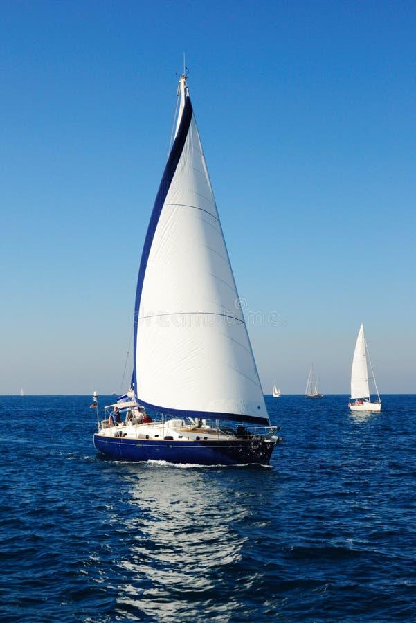 Yacht de navigation en mer Méditerranée. image libre de droits