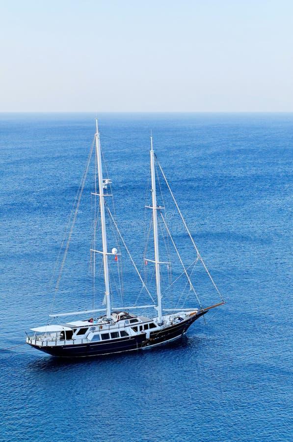 Yacht de Schooner en mer bleue photographie stock libre de droits
