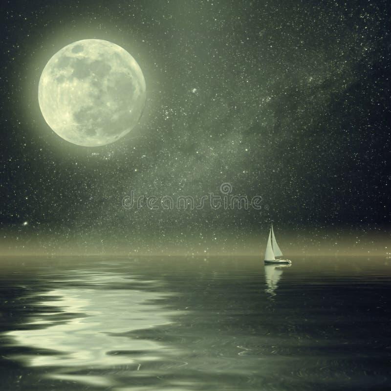 Yacht de vintage dans l'océan avec la lune et les étoiles photos stock