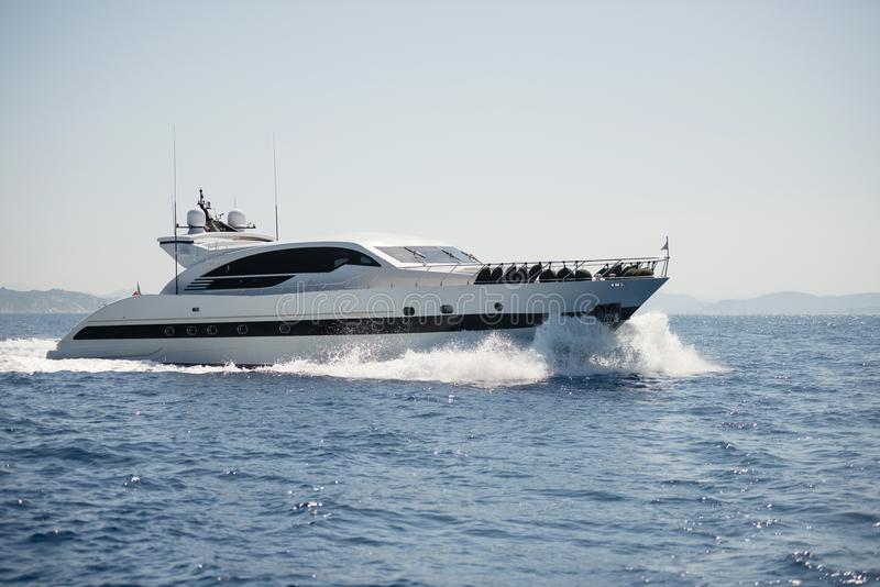 Yacht del motore sul mare aperto fotografia stock libera da diritti