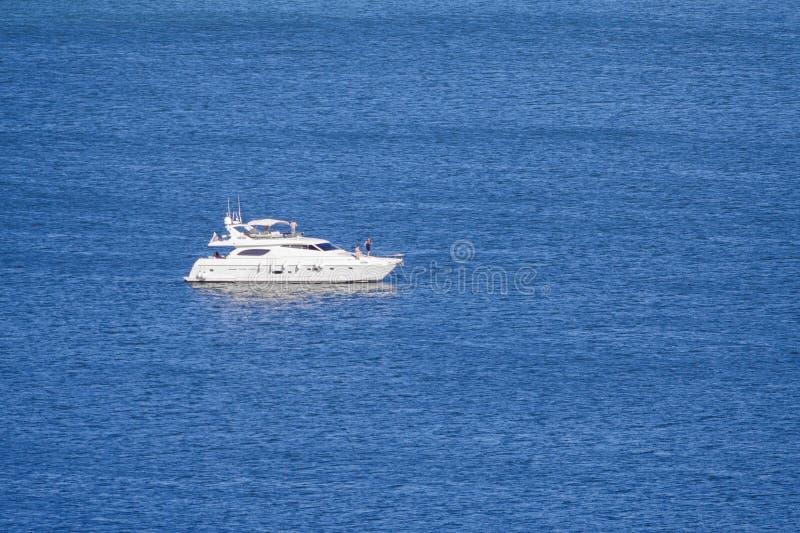 Yacht del motore sullo spazio blu della copia del mare fotografie stock libere da diritti