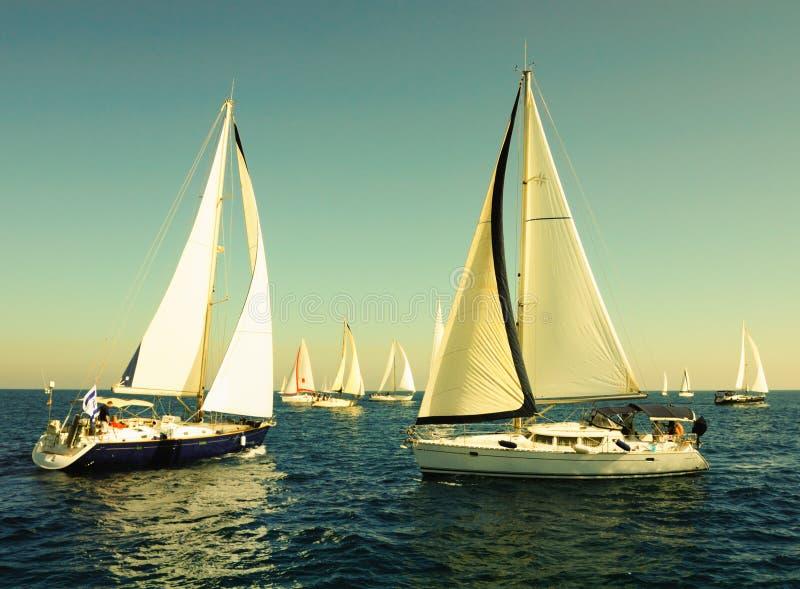 Yacht di corsa nel Mar Mediterraneo. immagini stock