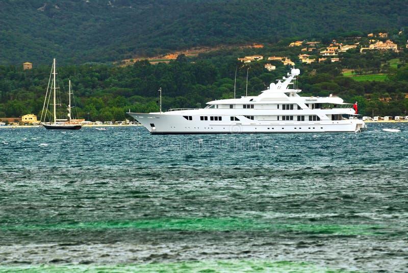 Yacht di lusso al litorale di Riviera francese immagini stock