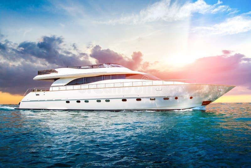 Yacht di lusso bianco in mare immagini stock libere da diritti