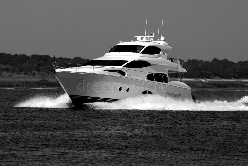 Yacht di lusso che gira sul fiume fotografia stock