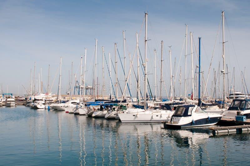 Yacht di lusso che riposano al porticciolo di Larnaca fotografie stock
