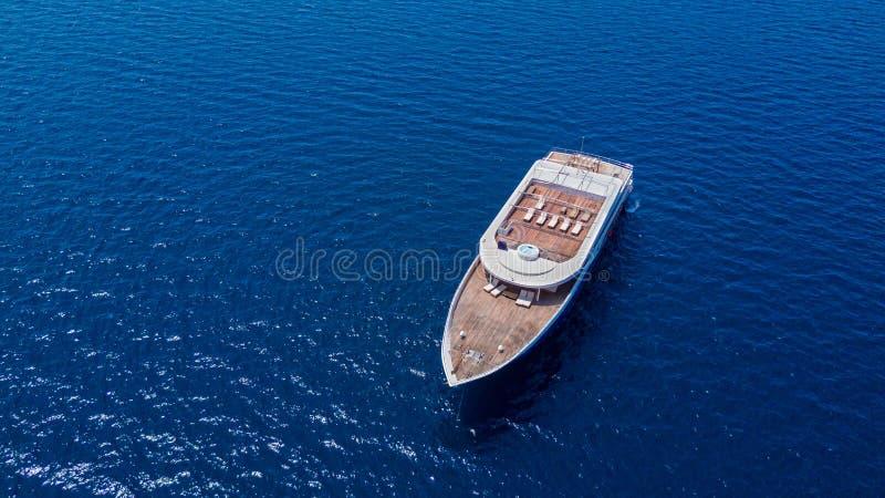 Yacht di lusso che si ancora sul tema aperto dell'oceano, di navigazione e di viaggio immagine stock libera da diritti