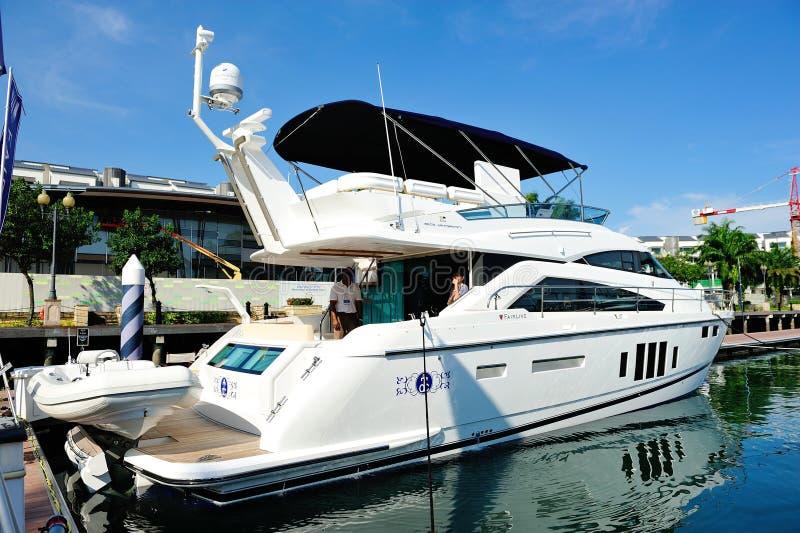 Yacht di lusso dello squadrone di Fairline all'esposizione 2012 dell'yacht fotografia stock