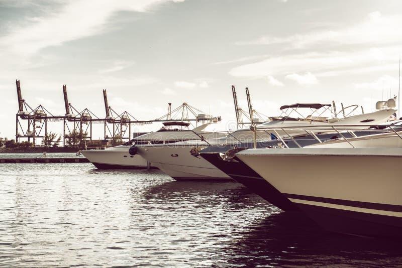 Yacht di lusso nella baia vicino al porto dell'oceano di Miami Beach immagine stock