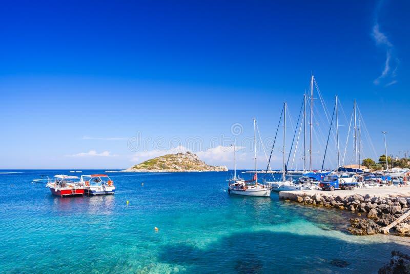 Yacht di navigazione attraccati in Agios Nikolaos fotografia stock